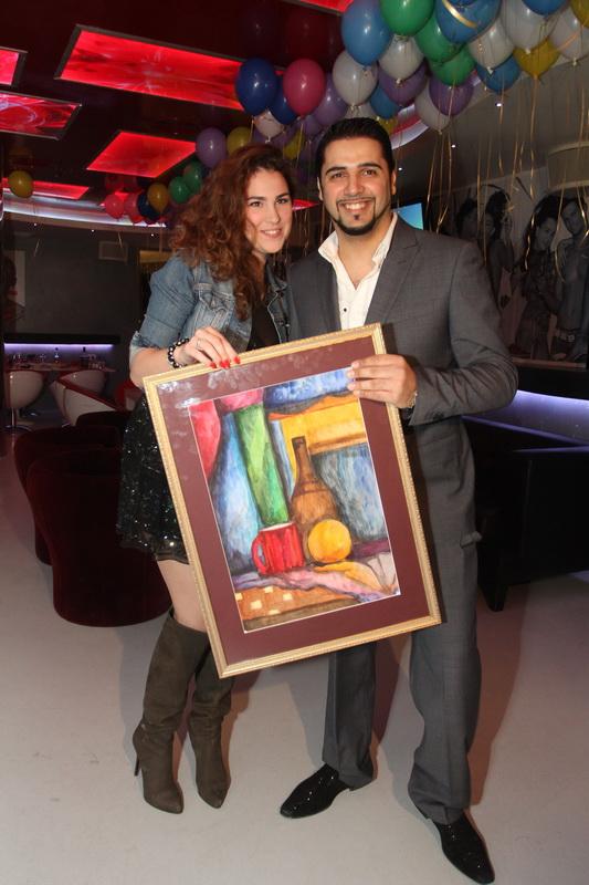 Певица Ева Анри предстала в амплуа художника и подарила Александру Бердникову собственную картину