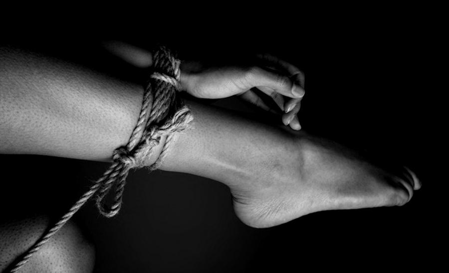 Привязанная рука к ноге. Фоmо часmей mела. Эротиkа.