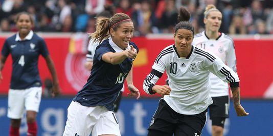 Camille Abily, hier gegen Deutschland am 25 oktober, verzichtete auf das gerichtsverfahren im zusammenhang mit der FIFA und dem einsatz einer künstlichen rasen für die wm 2015 in Kanada.