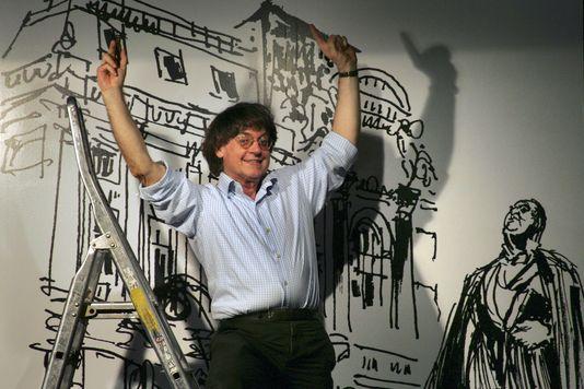 Der zeichner Cabu bei der installation der ausstellung