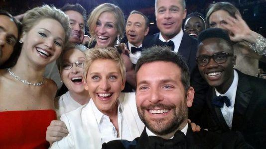 selfie der regie von Ellen DeGeneres bei der 86 academy awards mit Jared Leto, Jennifer Lawrence, Meryl Streep, Ellen DeGeneres, Bradley Cooper, Peter Nyong'o Jr., Channing Tatum, Julia Roberts, Kevin Spacey, Brad Pitt, Lupita Nyong'o