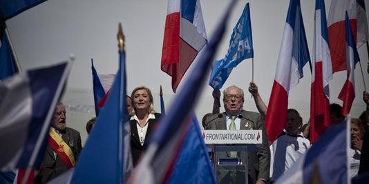 Marine Le Pen und ihr vater Jean-Marie, der auf der kundgebung der FN am 1. mai in Paris.
