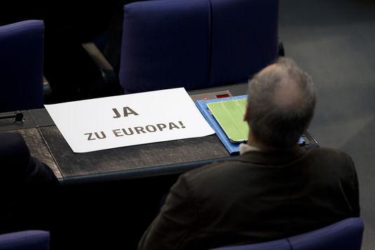 """Freitag, 27. februar 2015, ein abgeordneter der Grünen im Bundestag wird seine unterstützung für die Griechen durch die wörter """"Ja zu Europa !"""" bei der abstimmung des deutschen bundestages für die verlängerung von vier monaten des plan d Griechenland-hilfe."""