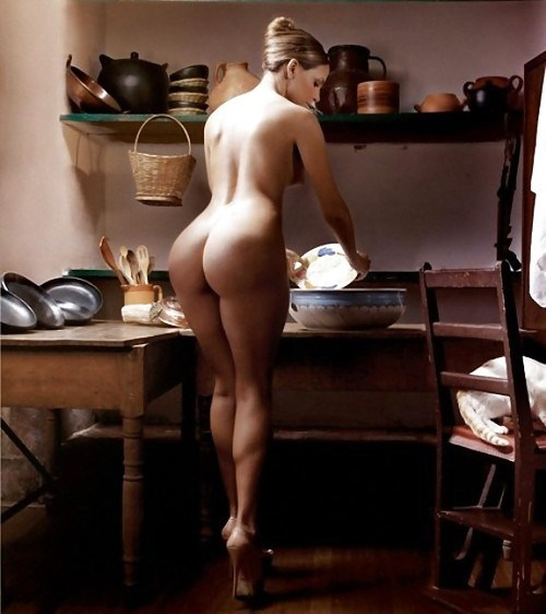 Моет посуду телочка голая