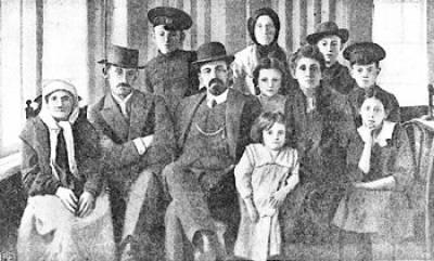Menakhem_Meyndl_Beilis_with_his_family._Russian_Empire,_1910-s.jpg